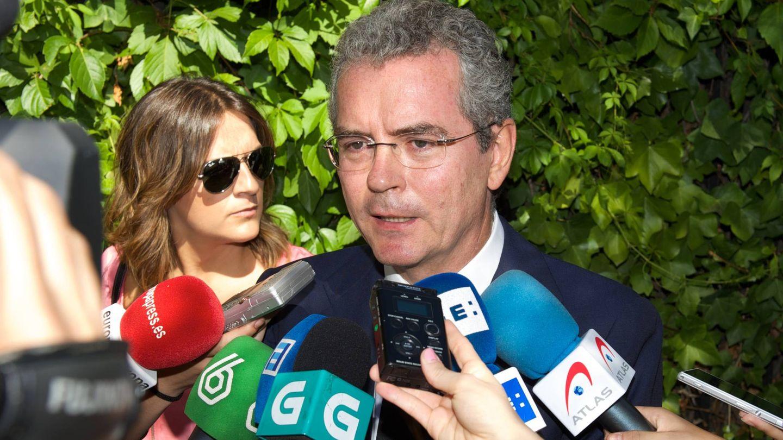 Pablo Isla, atendiendo a los medios en el funeral de Isidoro Álvarez. (EFE)