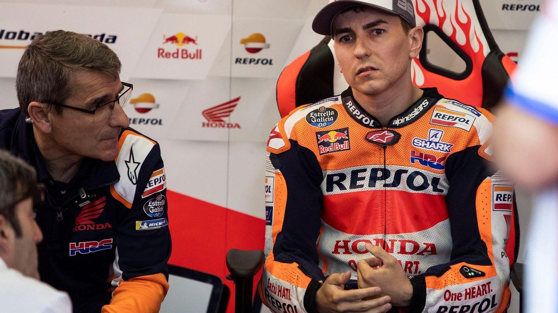 Lorenzo charla preocupado con sus mecánicos en el garaje de Honda. (EFE)