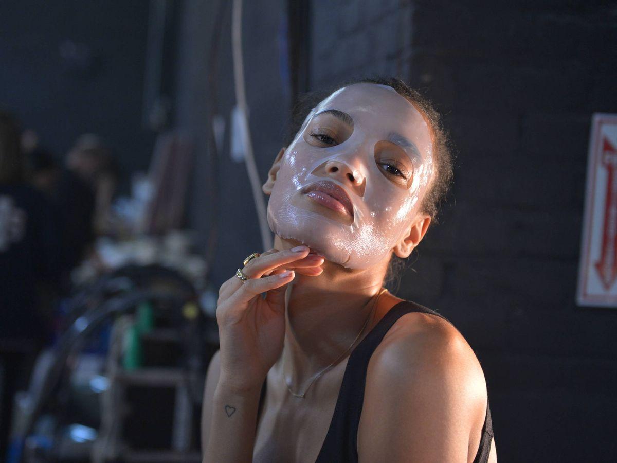 Foto: La modelo Pamela Fox, con una mascarilla de hidrogel en el backstage de 111SKIN. (Getty)