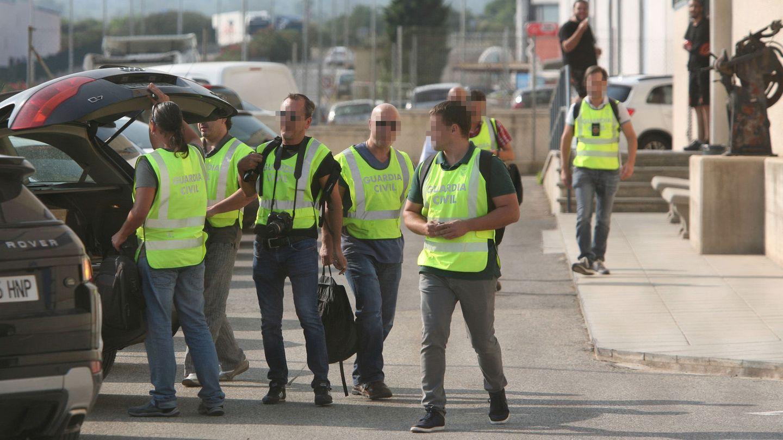 Agentes de la Guardia Civil salen tras el registro de las instalaciones de la imprenta de Constantí. (EFE)