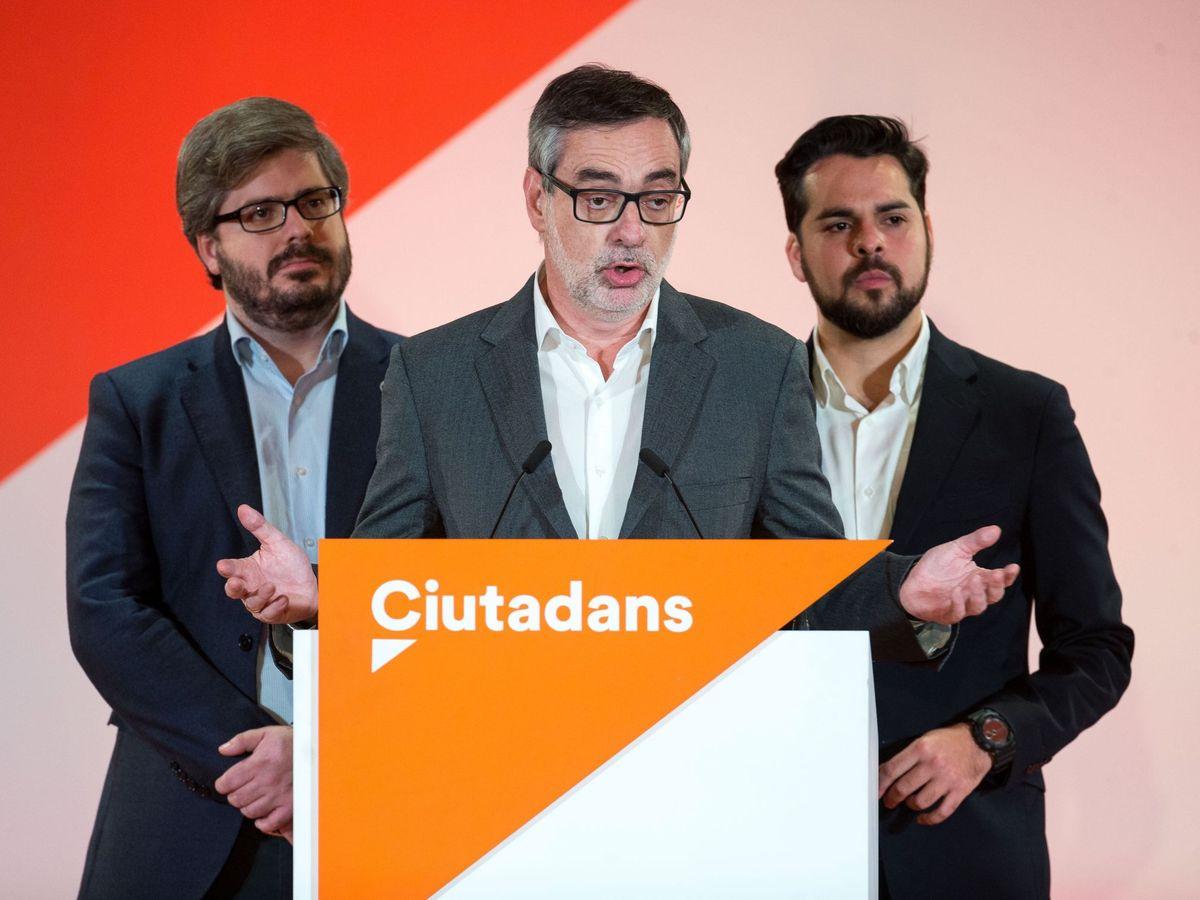 Foto: José Manuel Villegas (c), Fran Hervías (i) y Fernando de Páramo (d), durante la noche electoral del 21-D en Cataluña. (EFE)