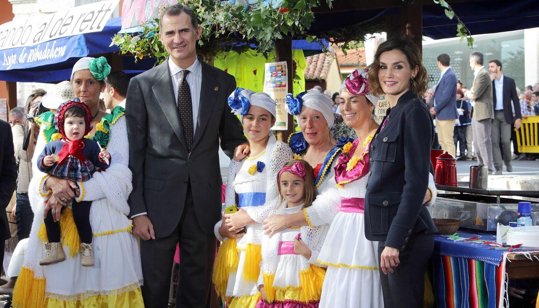 Foto: Un colorido Colombres recibe un galardón y la visita de los Reyes de España