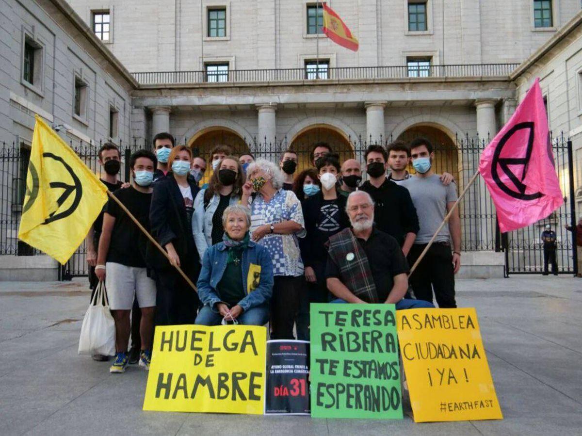 Foto: Los activistas frente al Ministerio de Transición Ecológica.