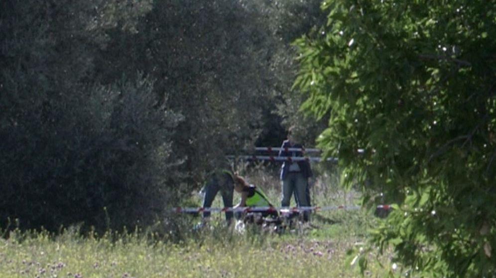 Foto: Imagen de televisión de agentes de policía analizando el cadáver descuartizado (EFE)