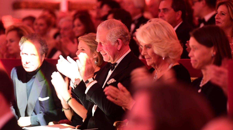 Carlos y Camilla contemplan la actuación de Judi Dench. (Getty)