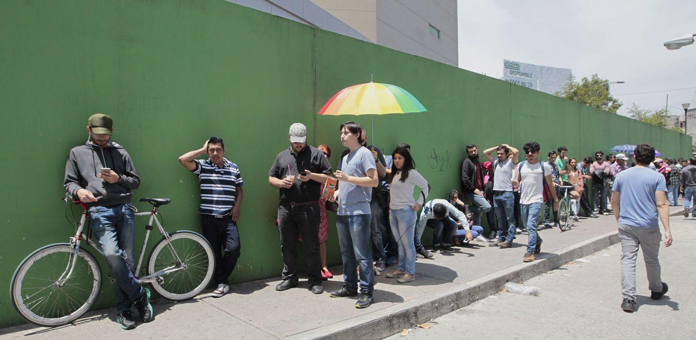 Foto: Decenas de personas acuden a votar este domingo en Ciudad de México. (EFE)