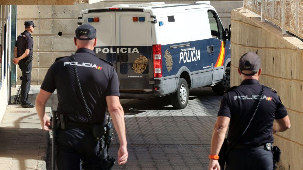 Foto: Un furgón policial accede a los Juzgados de Gran Canaria. (EFE)