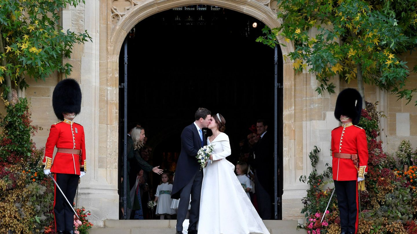 Britain's Princess Eugenie and Jack Brooksbank kiss as they leave after their wedding at St George's Chapel in Windsor Castle, Windsor, Britain October 12, 2018. REUTERS Toby Melville     TPX IMAGES OF THE DAY
