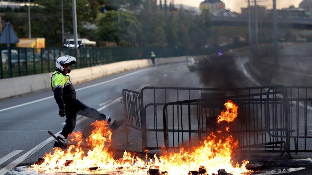 Foto: Una barricada de fuego corta la Ronda de Dalt, en Barcelona, a primera hora del viernes (EFE)