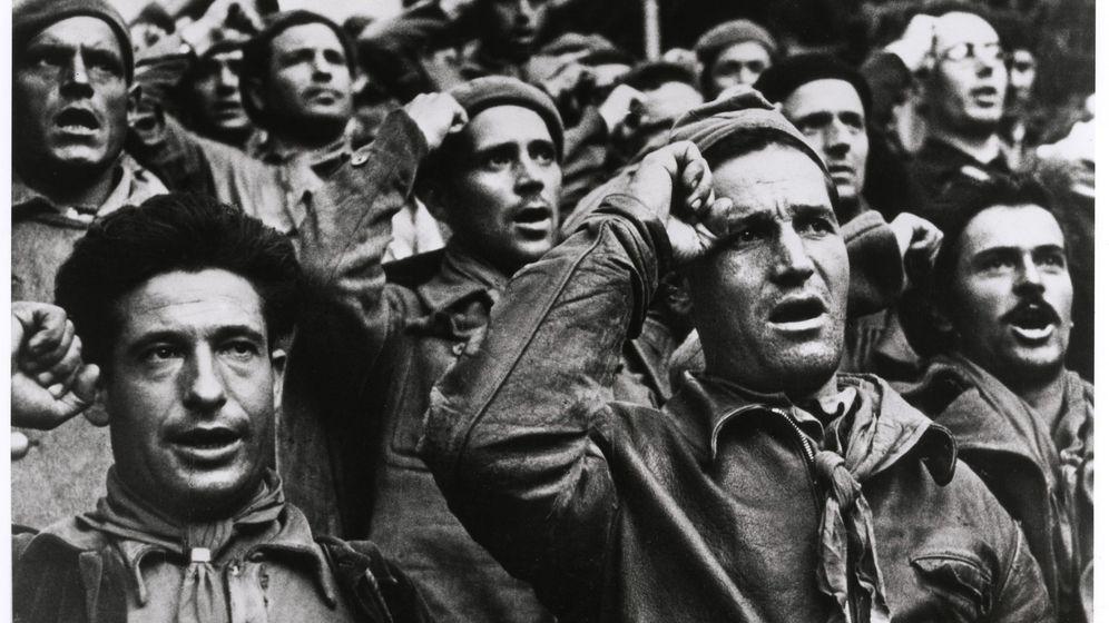Foto: Robert Capa inmortalizó la ceremonia de despedida de las Brigadas Internacionales