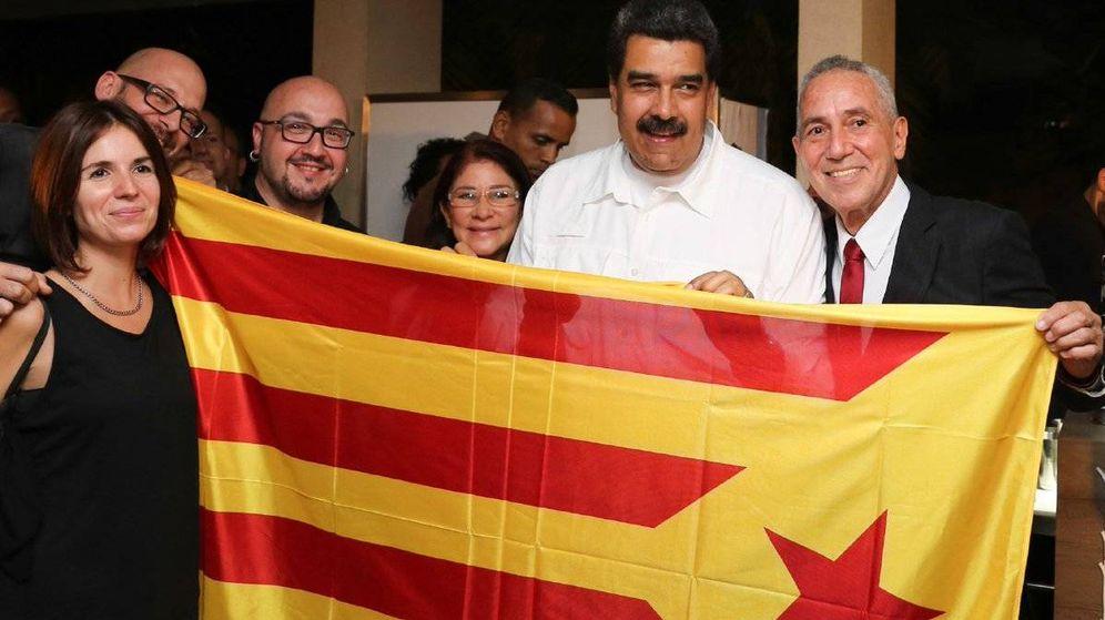 Foto: El presidente de Venezuela, Nicolás Maduro, sujeta una estelada. (@itacappcc)