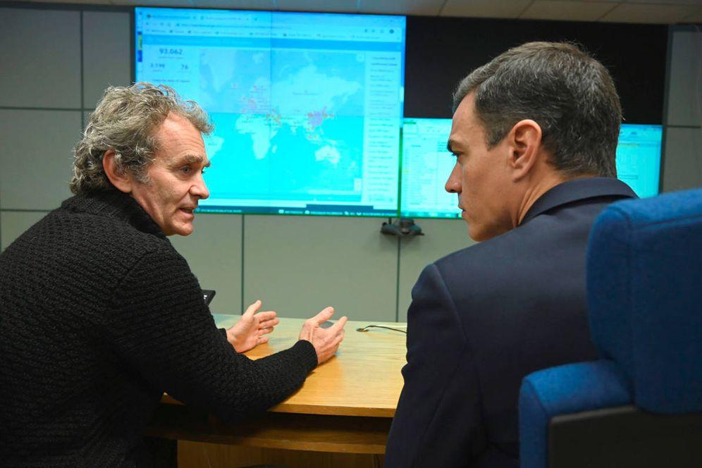 Foto: El presidente del Gobierno, Pedro Sánchez, conversa con el director del Centro de Coordinación de Alertas y Emergencias Sanitarias, Fernando Simón. (EFE)