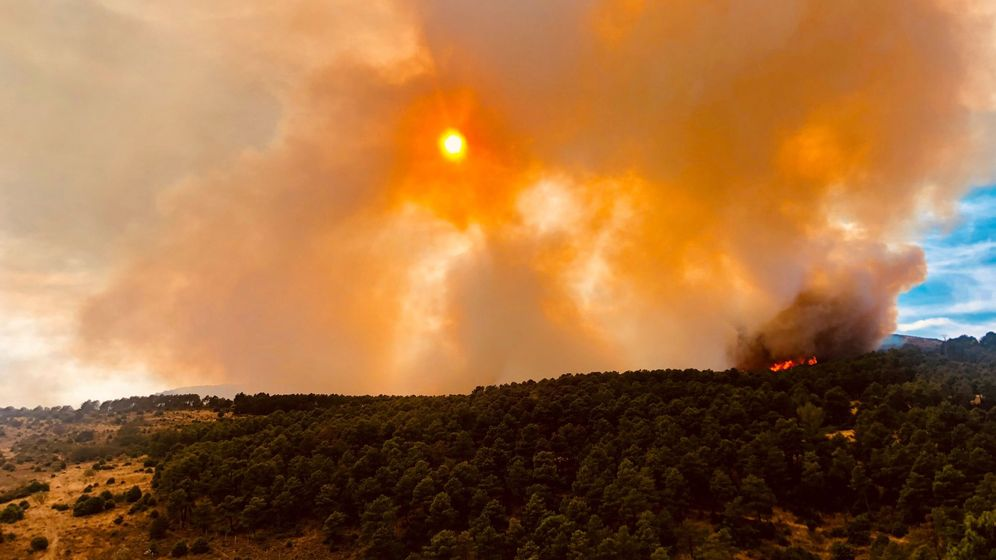 Foto: Imagen de las llamas producidas por el incendio forestal de Robledo de Chavela este domingo (EFE)