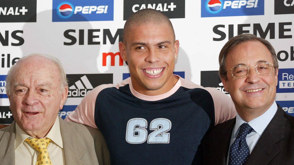 Foto: Presentación de Ronaldo como jugador del Real Madrid el 2 de septiembre de 2002. (Reuters)
