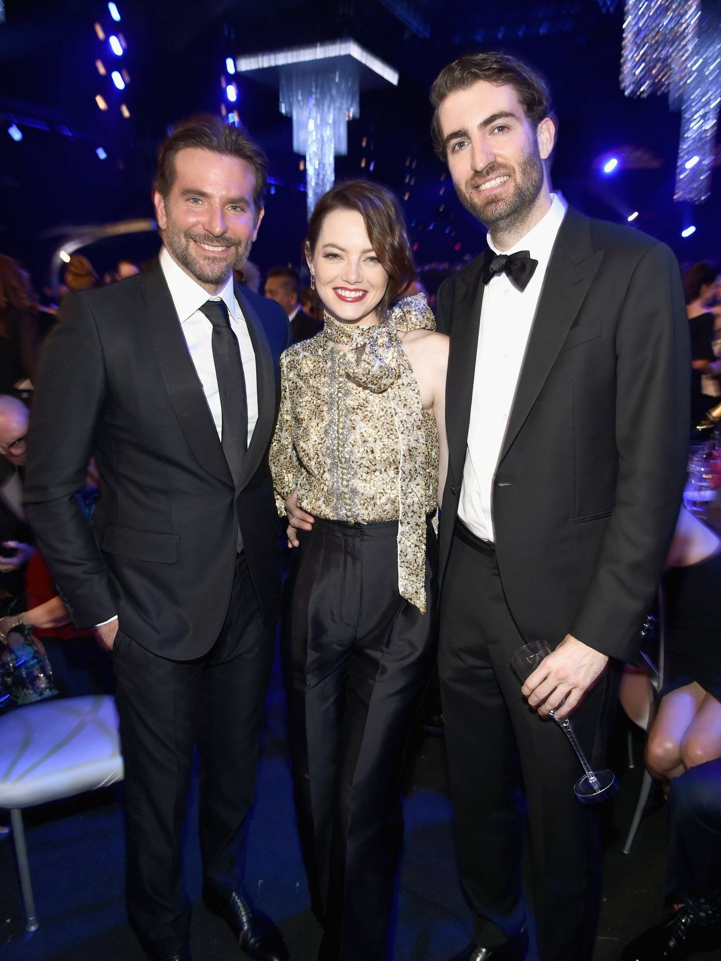 La feliz pareja, junto a Bradley Cooper. (Getty)