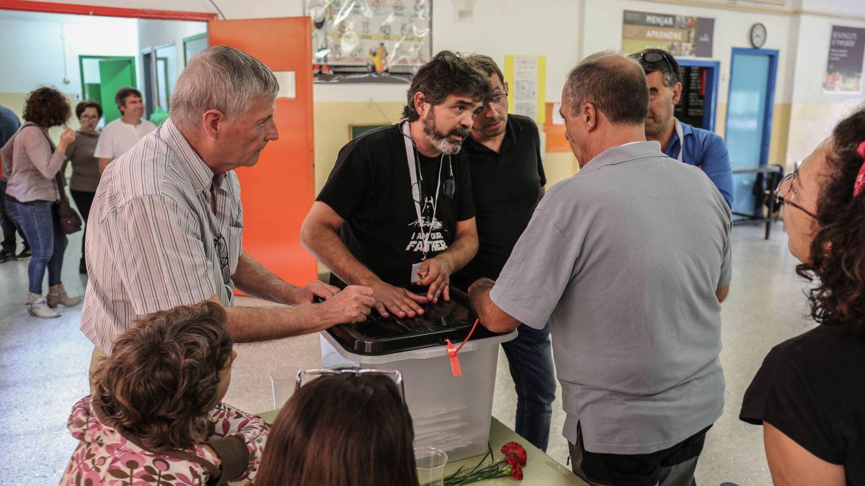 Foto: Los responsables del colegio electoral de Castellbell (Bages) deciden abrir las urnas. (D.B.)