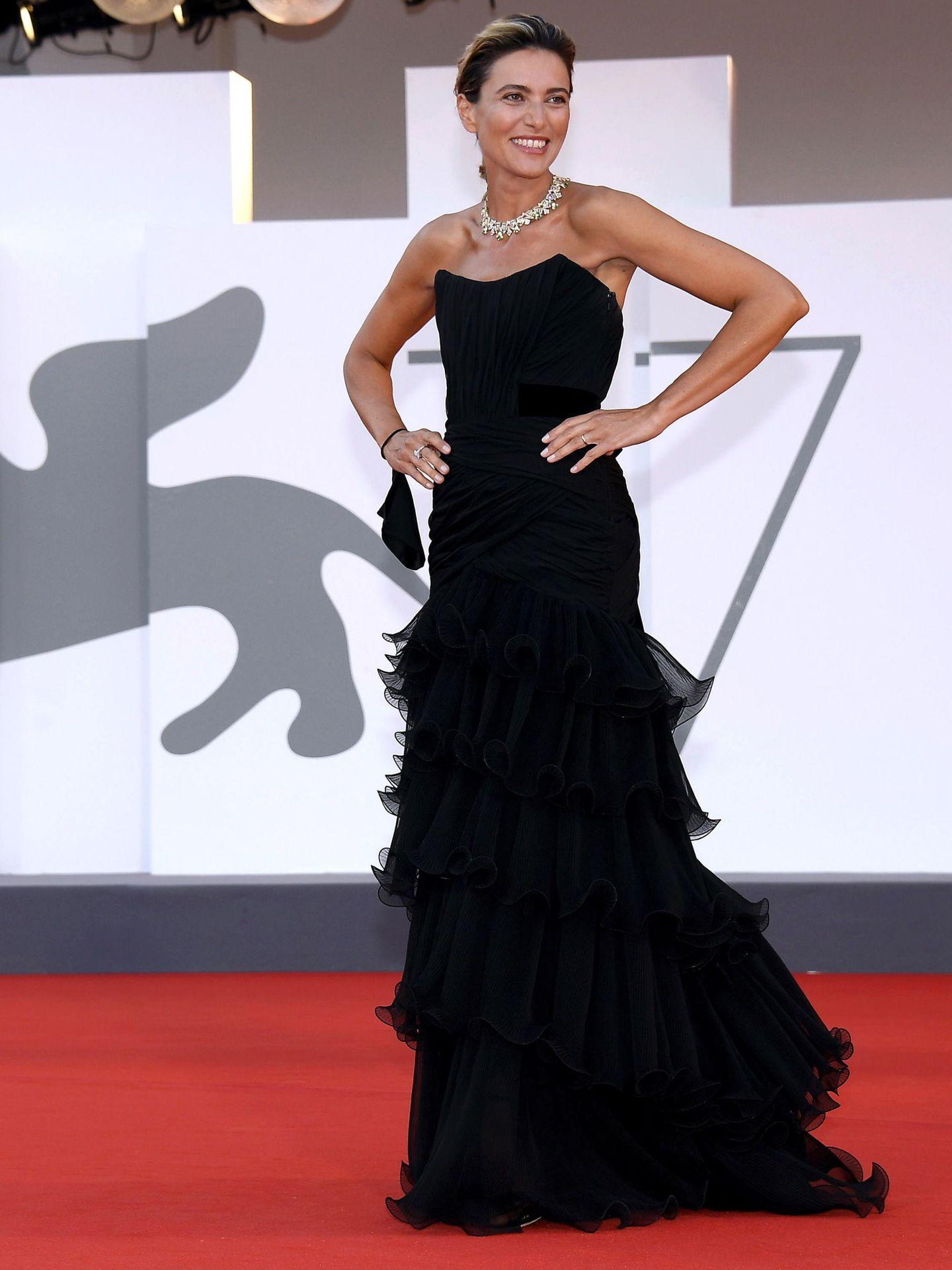 Anna Foglietta, en el estreno de 'Padrenostro' con vestido negro palabra de honor y falda de volantes de Alberta Ferretti. (EFE)