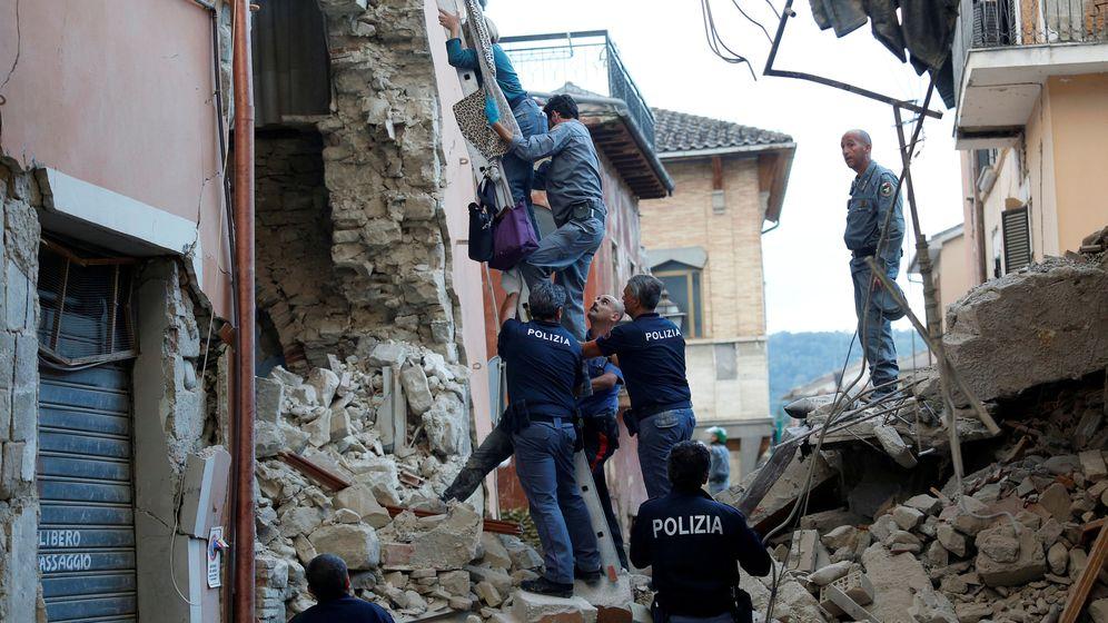 Foto: Ayudan a una mujer a salir de su casa en Amatrice, Italia, tras un grave terremoto. (Reuters)