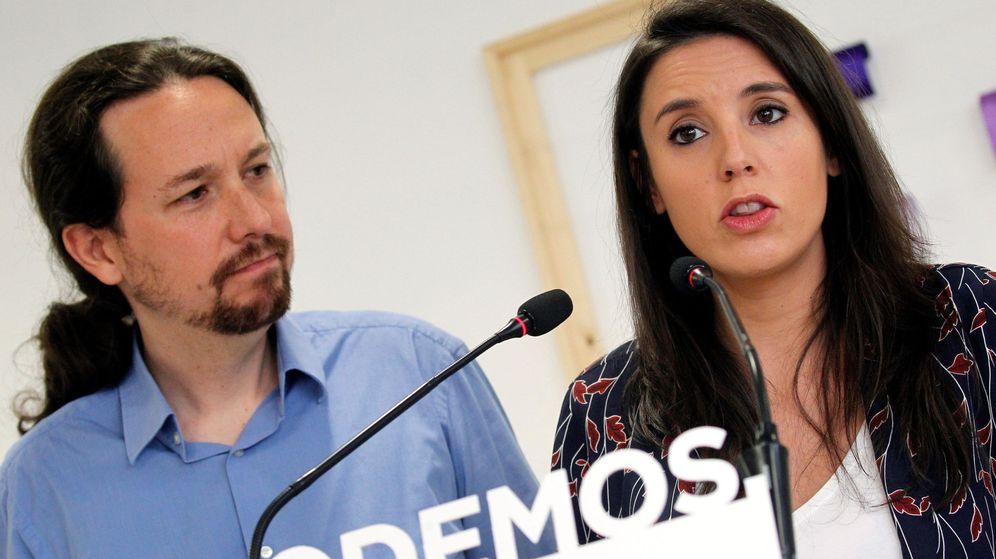 Foto: El secretario general de Podemos, Pablo Iglesias (i), y la portavoz parlamentaria, Irene Montero (d), durante una comparecencia en la sede del partido. (EFE)
