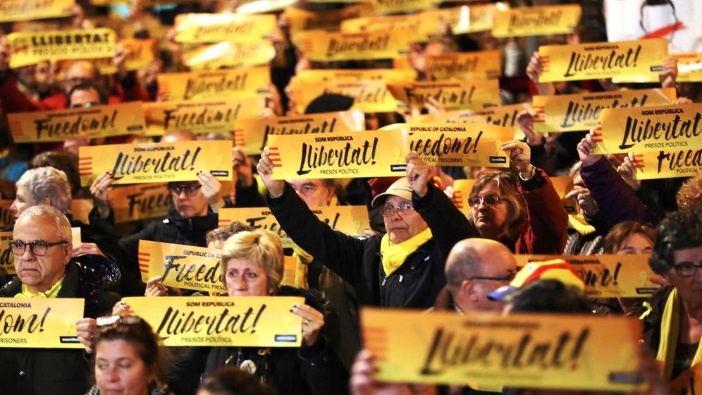Foto: Concentración para pedir la libertad de los presos soberanistas. (EFE)