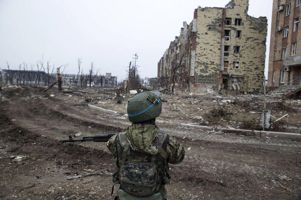 Foto: Un combatiente de la autoproclamada República Popular de Donetsk cerca del aeropuerto. (Reuters)