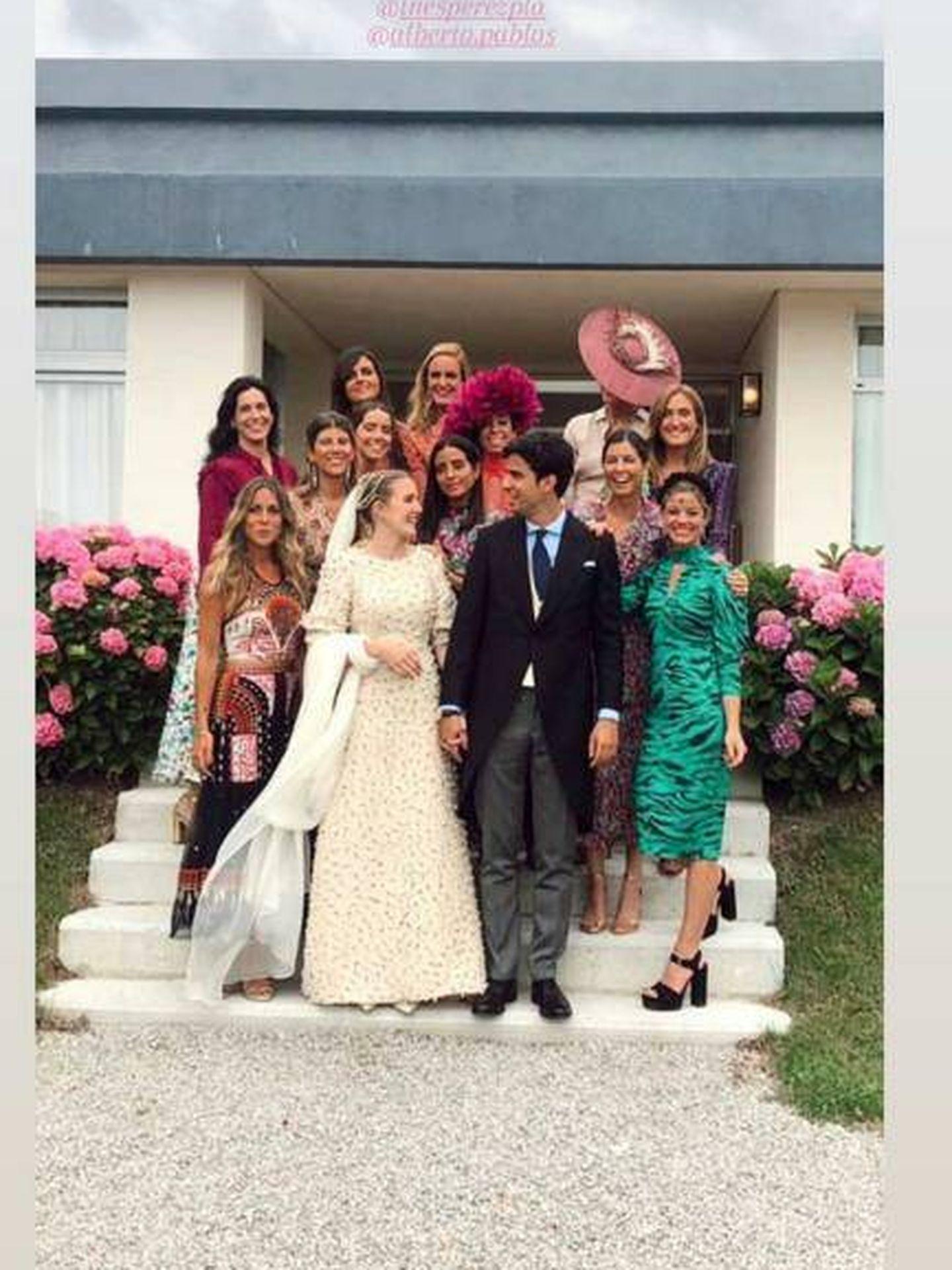 Belén Corsini posa junto a los novios y un grupo de invitados. (IG)