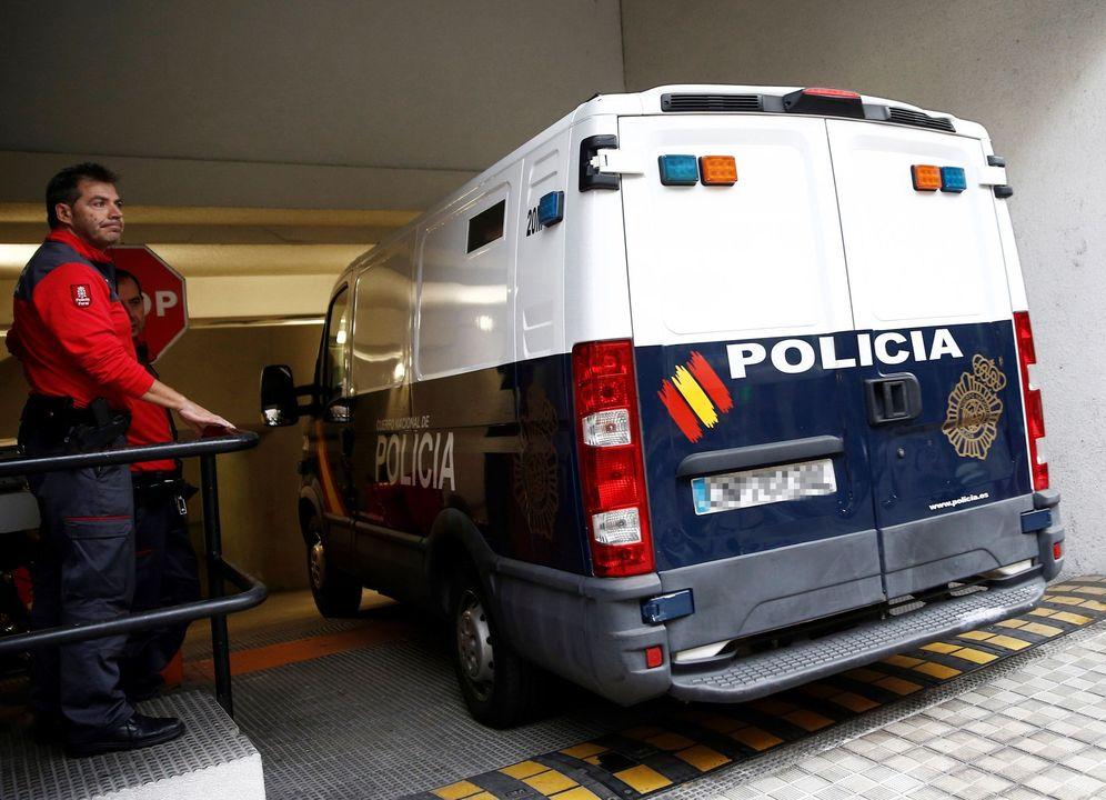 Foto: El furgón con los acusados llega al Palacio de Justicia para la sesión de este jueves. (EFE)