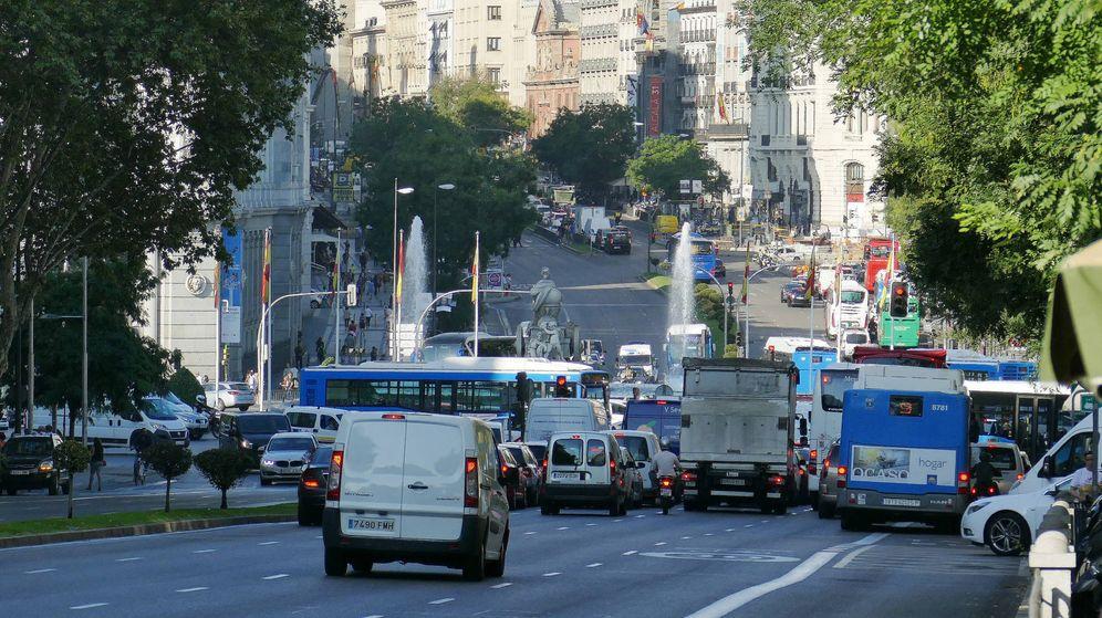 Foto: Los coches viejos son los que contaminan las ciudades y cada vez hay más.