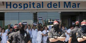Los Mossos abortan una manifestación de indignados y trabajadores sanitarios
