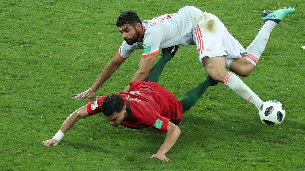 Foto: Diego Costa, en pelea constante con Pepe. (Reuters)