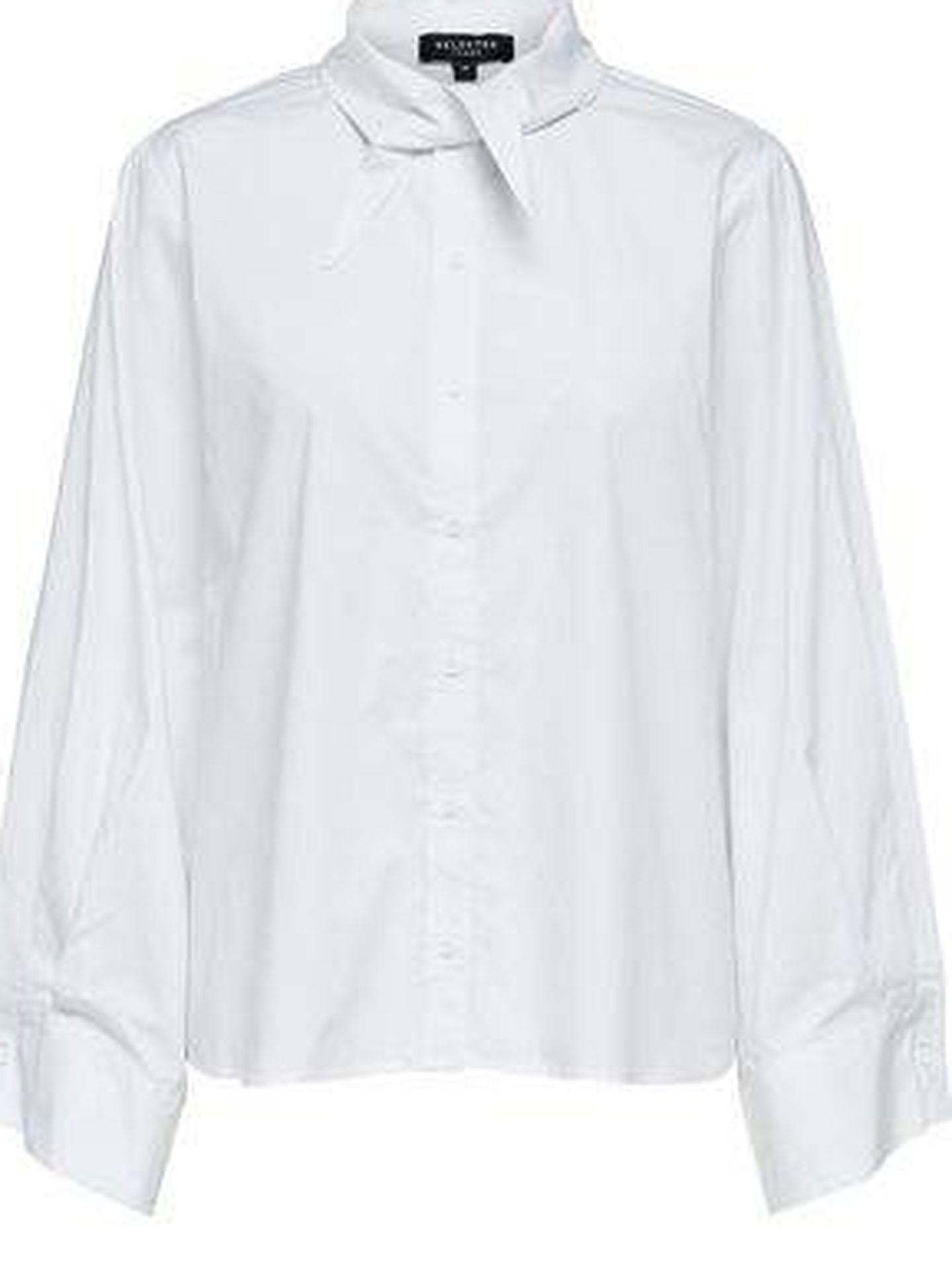 Camisas blancas hay muchas y cuantas más tengas, mejor.