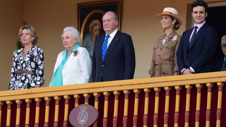 Simoneta, junto a su madre, su tío, la infanta Elena y Felipe de Marichalar. (EFE)