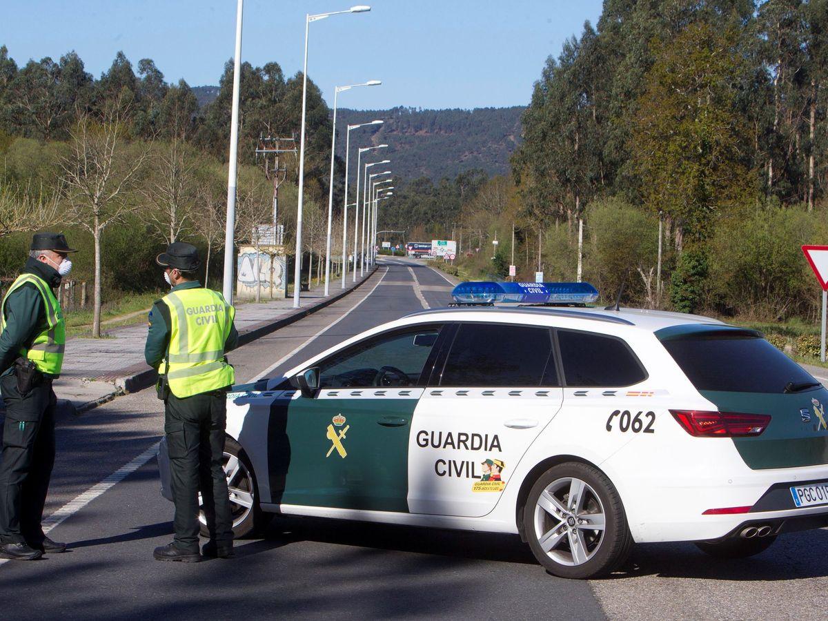 Foto: Dos guardias civiles con equipos de protección. (EFE)