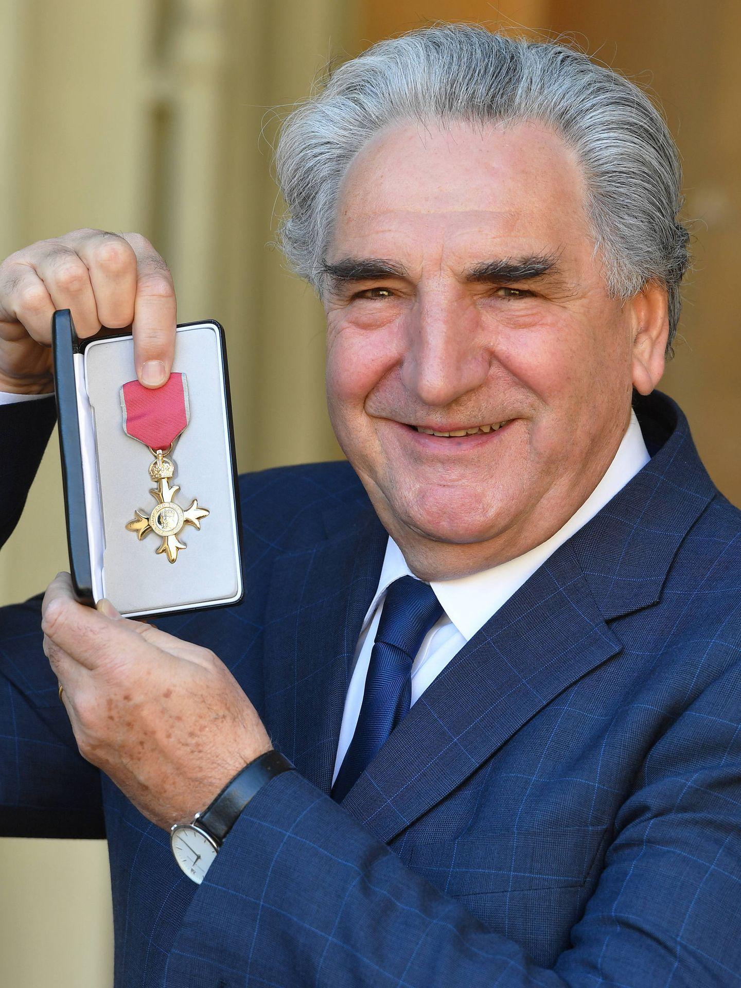 Jim Carter posa orgulloso con la medalla. (Getty)