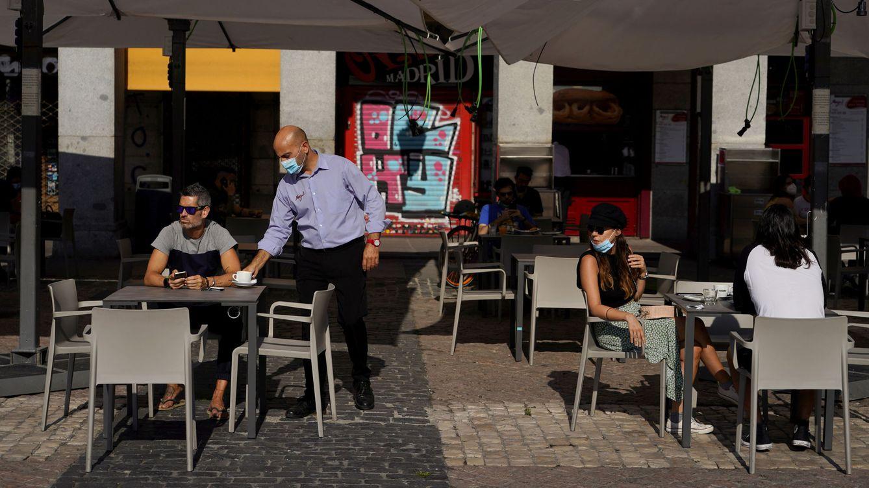 Foto: Un camarero en una terraza de Madrid. (Reuters)