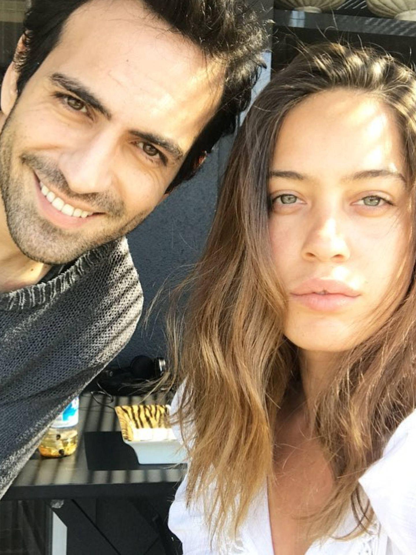 Bugra Gülsoy, junto a su mujer, Nilu?fer Gu?rbu?z. (Instagram @gurbuznilufer)