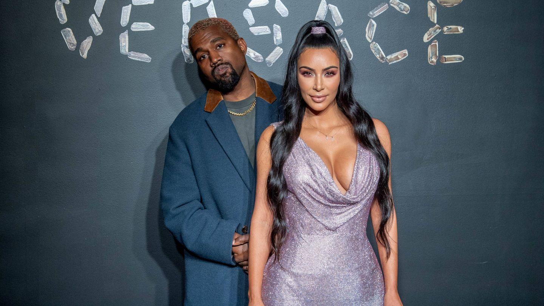 Kim Kardashian ha confesado que aquí llevaba su cinta adhesiva. (Getty)