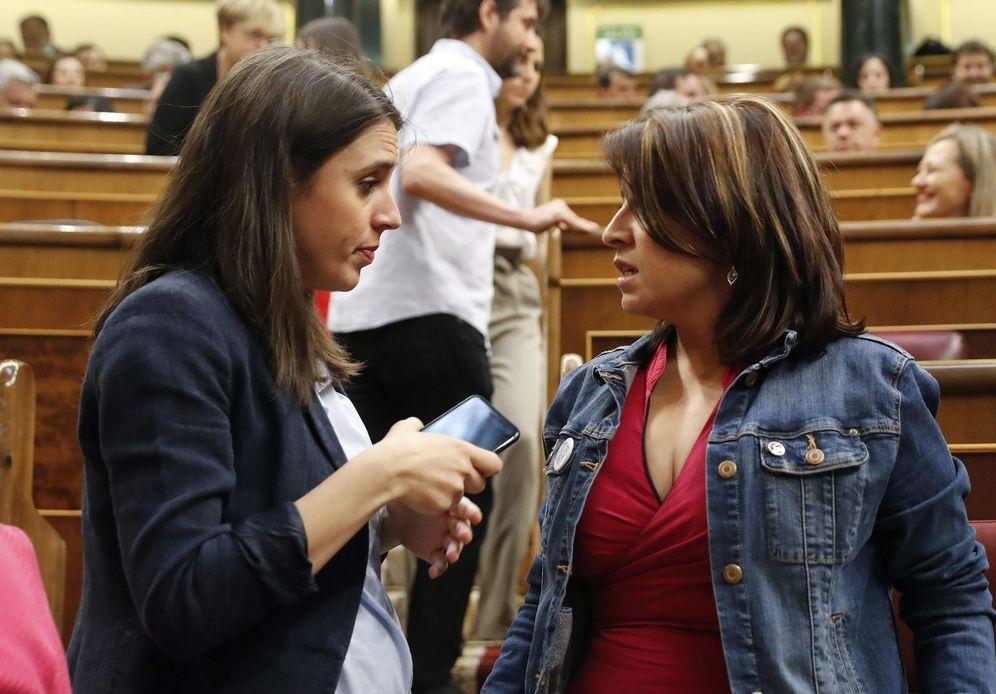 Foto: Las portavoces de PSOE y Unidas Podemos, Adriana Lastra (d) e Irene Montero, este 27 de junio en el homenaje a las víctimas del terrorismo en el Congreso. (EFE)