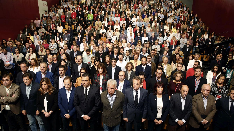 Foto: Pedro Sánchez, rodeado de los barones, los expresidentes, la cúpula del PSOE, y los participantes de la Conferencia Política, durante el minuto de silencio por los atentados de París, este sábado en Ifema. (EFE)