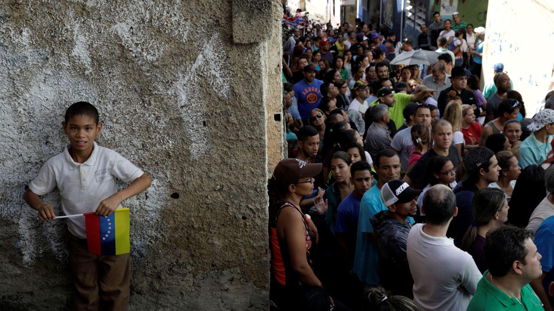 Venezolanos hacen cola para votar en Caracas. (Reuters)