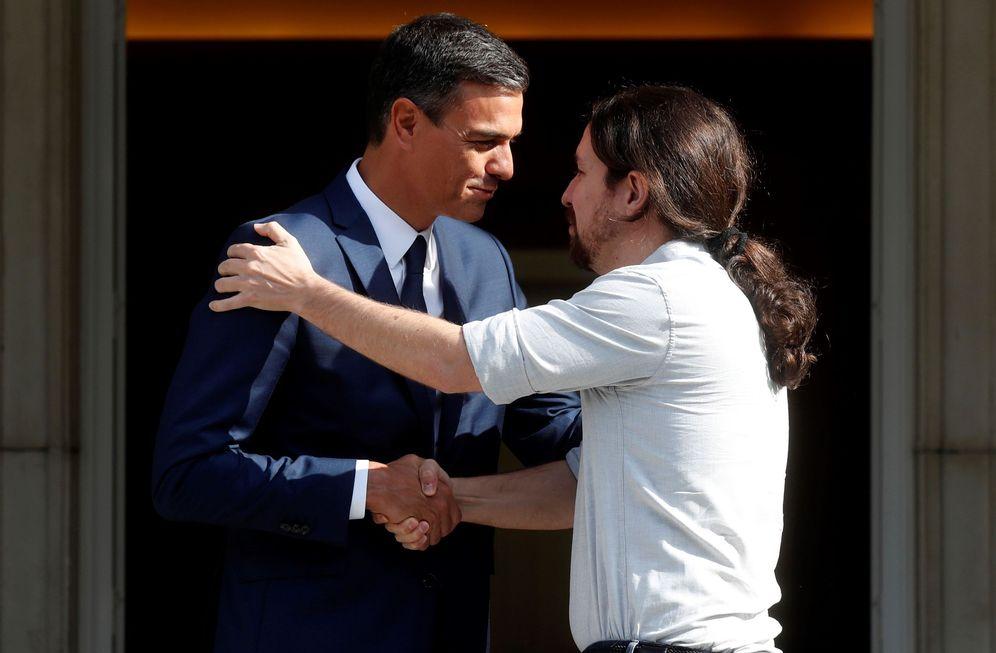 Foto: Pedro Sánchez recibe en La Moncloa al líder de Podemos, Pablo Iglesias, este 6 de septiembre. (EFE)