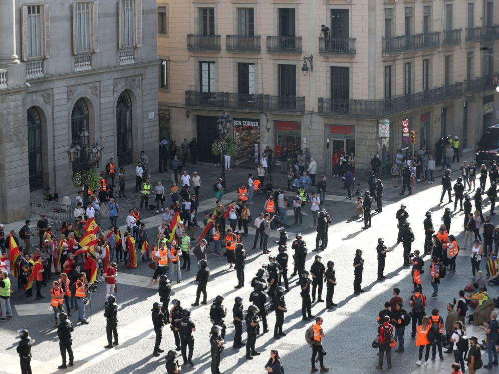 Foto: Los Mossos dividen a constitucionalistas e independentistas en la plata de Sant Jaume. (EFE)