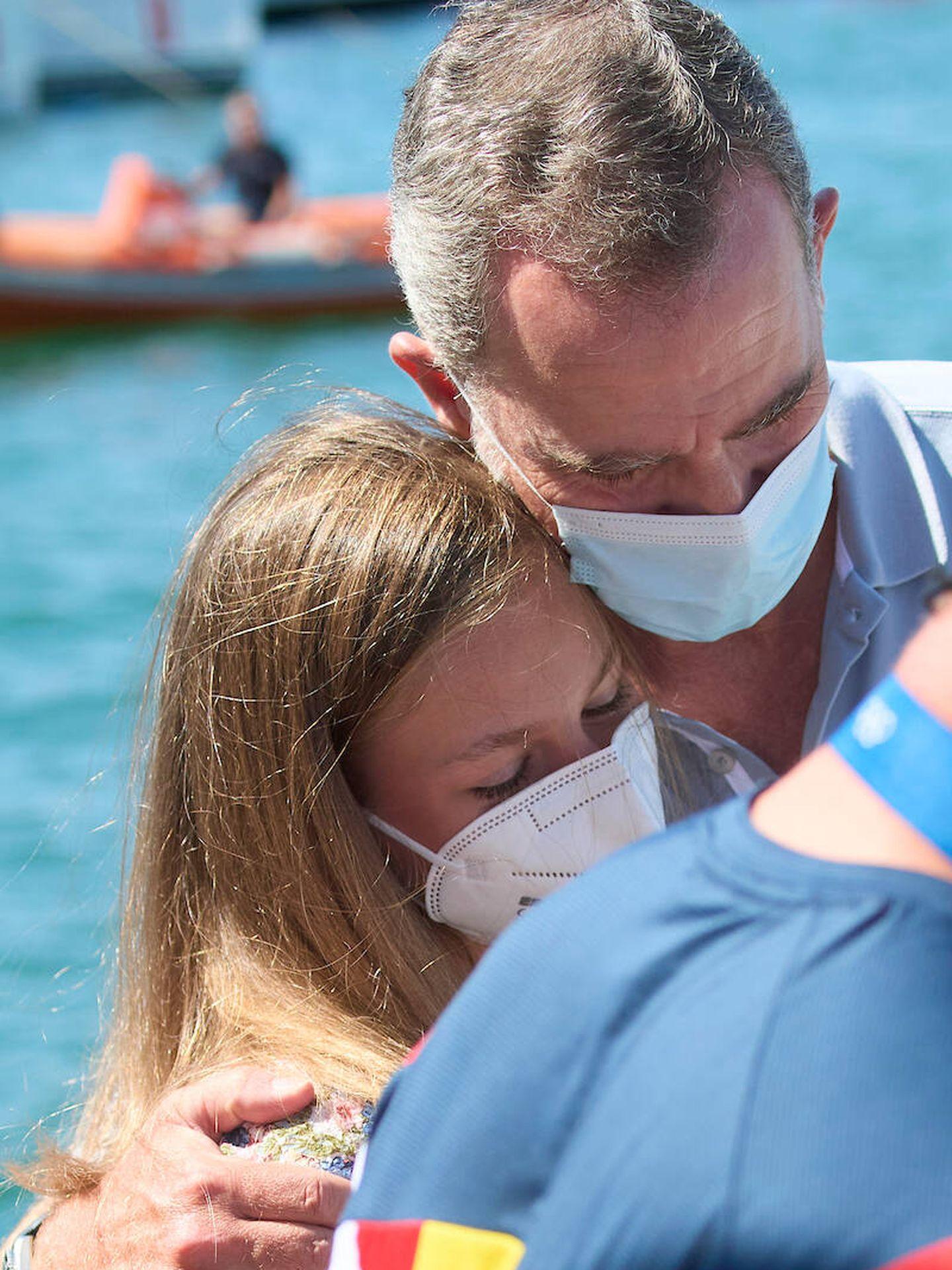 Leonor abraza a su padre antes de zarpar en el Aifos. (Limited Pictures)