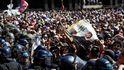 La policía se lleva el féretro de Maradona de la capilla ardiente ante el descontrol público
