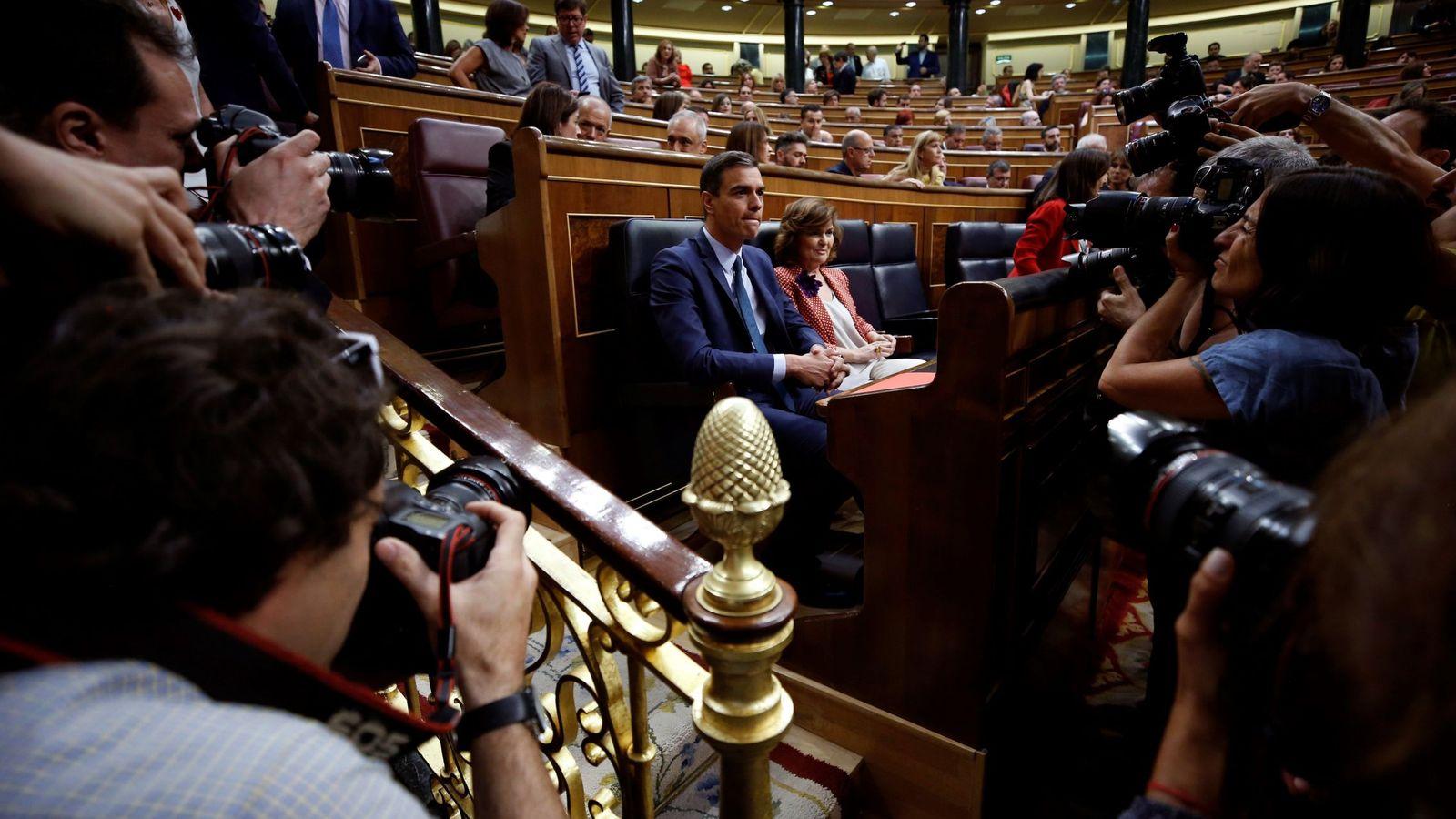 Foto: Pedro Sánchez y Carmen Calvo, minutos antes del arranque del debate de la segunda votación de investidura, este 25 de julio. (EFE)