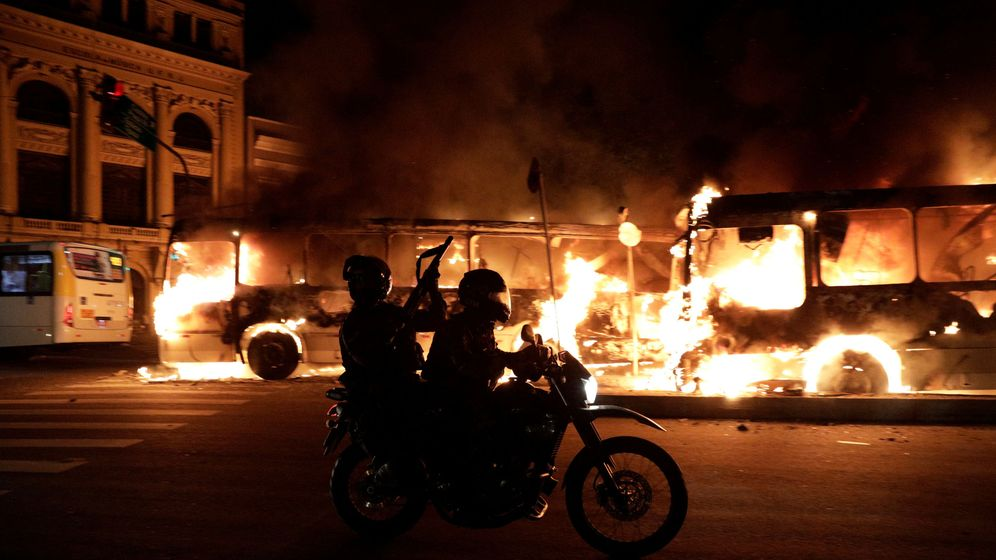 Foto: Policías antidisturbios pasan frente a unos autobuses en llamas en Rio de Janeiro, el 28 de abril de 2017. (Reuters)