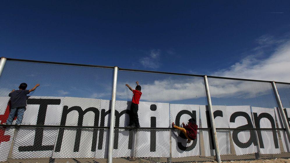 Foto: Unos niños trepan la verja entre Ciudad Juárez y El Paso, en febrero de 2016 (Reuters)