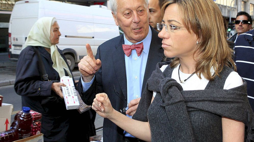 Foto: José María Castroviejo, entonces embajador en Bosnia, acompaña a la ministra de Defensa, Carme Chacón, en 2008. (EFE)