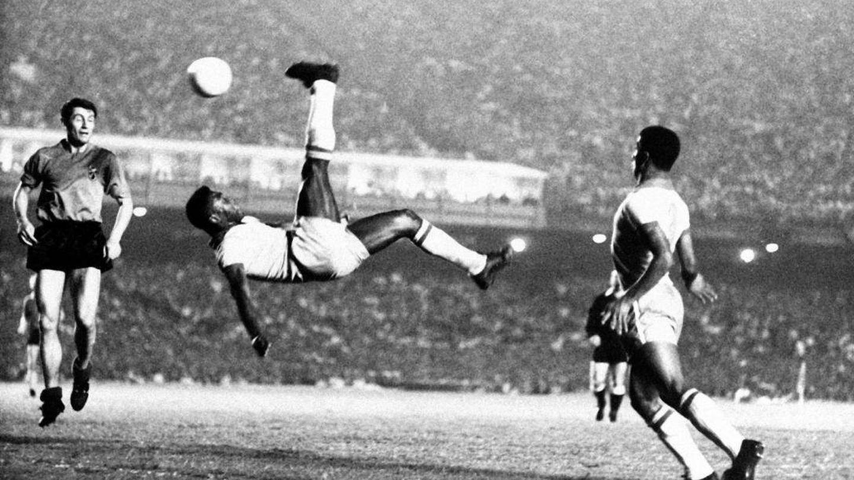 Pelé en uno de sus partidos con Santos. (AP)
