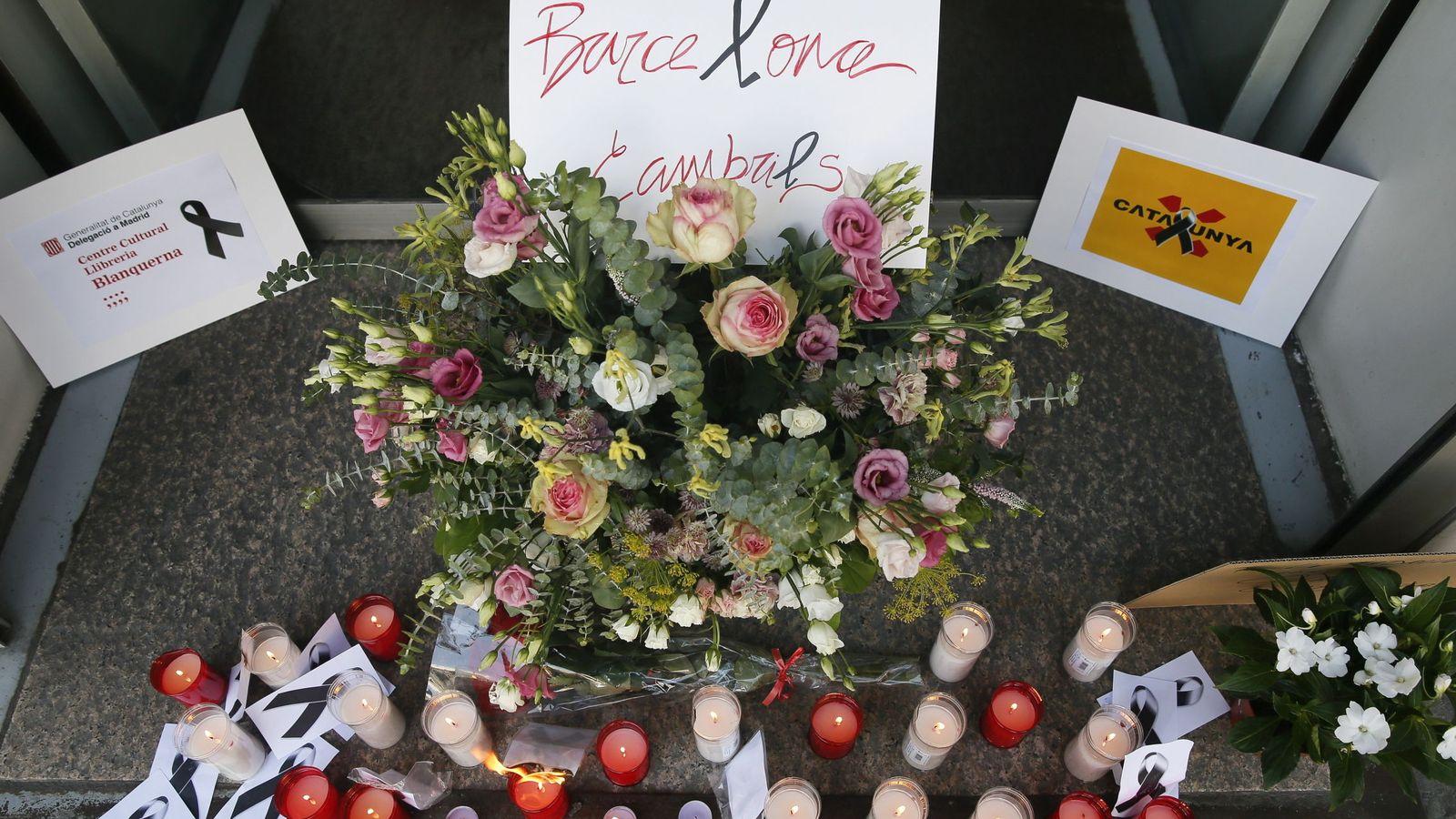 Foto: Velas y flores en el centro cultural Blanquerna. EFE.